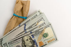 Sterta dolarowi banknoty i brown koperta Obrazy Royalty Free