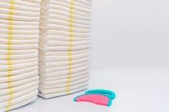 Sterta dziecko rozporządzalne pieluszki pacyfikator nad białym tłem i zdjęcie royalty free