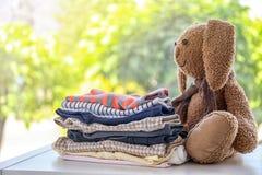 Sterta eleganccy dzieci ubrania i zabawkarski królik Obrazy Stock