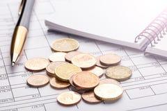 Sterta euro euro monety na starym czarnym drewnianym stole Pióro, notatnik i księgowość dokumenty z liczbami, zdjęcia royalty free