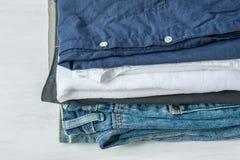 Sterta Fałdowa bawełna Dyszy koszula cajgi na Białej Drewnianej tło półce Eco mody Autentyczny Klasyczny Unisex styl Obraz Stock