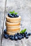 Sterta gęści drożdżowi bliny z czarnymi jagodami na drewnianym stole Obrazy Royalty Free