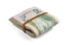 Sterta gotówkowi dolary, zginająca w połówce, pod elastycznym zespołem odizolowywa na białym tle Zakończenie obraz royalty free