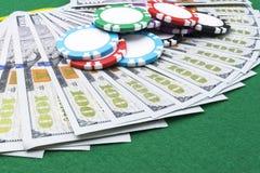Sterta grzebaków układy scaleni na dolarowi rachunki, pieniądze Grzebaka stół przy kasynem Partii pokeru pojęcie Bawić się grę z  Fotografia Stock
