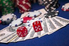 Sterta grzebaków układy scaleni z kostka do gry rolkami na dolarowi rachunki, Zdjęcia Stock