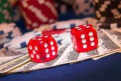 Sterta grzebaków układy scaleni z kostka do gry rolkami na dolarowi rachunki, Zdjęcia Royalty Free