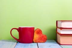 Sterta hardback książki, dzienniczek na drewnianym pokładu stole i zieleni tło, tylna szkoły kosmos kopii Edukacja Fotografia Royalty Free