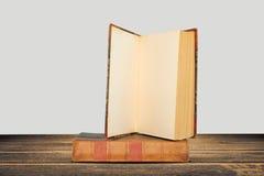 Sterta hardback książki na drewnianym stole obraz royalty free