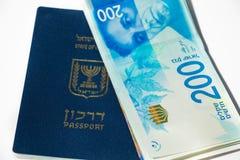 Sterta izraelscy pieniędzy rachunki 200 syklu i izraelita paszport Obrazy Royalty Free