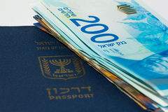Sterta izraelscy pieniędzy rachunki 200 syklu i izraelita paszport Fotografia Stock