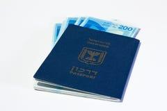 Sterta izraelscy pieniędzy rachunki 200 syklu i izraelita paszport Zdjęcie Royalty Free