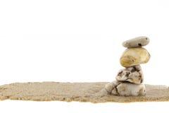 Sterta kamienie na piasku, biały tło Obrazy Stock