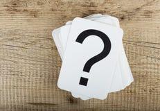 Sterta karty z znakiem zapytania na drewnianym tle zdjęcie stock