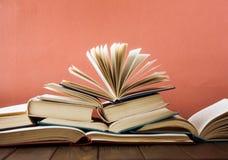 Sterta kolorowe książki Edukaci tło tylna szkoły Książka, hardback kolorowe książki na stole Edukacja Zdjęcie Stock