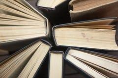 Sterta kolorowe książki Edukaci tło tylna szkoły Książka, hardback kolorowe książki na stole Edukacja Obrazy Stock
