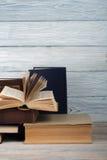 Sterta kolorowe książki Edukaci tło tylna szkoły Rezerwuje, hardback kolorowe książki na drewnianym stole Edukacja Obrazy Royalty Free