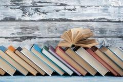 Sterta kolorowe książki Edukaci tło tylna szkoły Rezerwuje, hardback kolorowe książki na drewnianym stole Edukacja Zdjęcia Royalty Free
