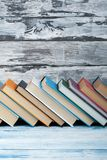 Sterta kolorowe książki Edukaci tło tylna szkoły Rezerwuje, hardback kolorowe książki na drewnianym stole Edukacja Zdjęcia Stock