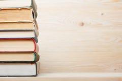 Sterta kolorowe książki na drewnianym stole tylna szkoły kosmos kopii Zdjęcia Royalty Free