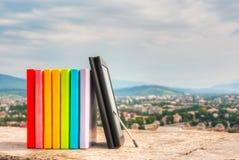 Sterta kolorowe książki z ebook czytelnikiem Zdjęcia Stock