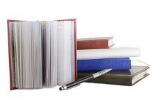 Sterta notatniki i pióra overwhite Obrazy Stock