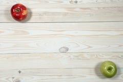 Sterta książki i jabłko na stole Fotografia Stock