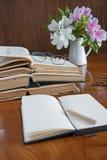 Sterta książki na drewnianym stole z szkłami Obrazy Royalty Free