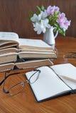 Sterta książki na drewnianym stole z szkłami Zdjęcia Royalty Free
