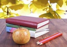 sterta książki, ołówki i żółty jabłko, Serie z powrotem szkoła Obrazy Stock