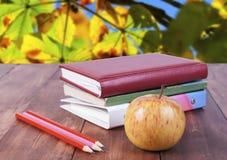 sterta książki, ołówki i żółty jabłko, Serie z powrotem szkoła Zdjęcia Royalty Free