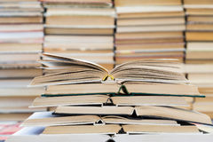 Sterta książki z kolorowymi pokrywami Bookstore lub biblioteka Książki lub podręczniki Edukacja i czytanie obraz stock