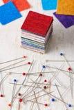 Sterta kwadratowi kawałki kolorowe tkaniny i rozsypisko multicolor piłki głowa szy szpilki zdjęcie stock
