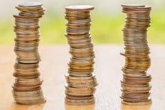 Sterta moneta na drewno stole Zdjęcie Royalty Free
