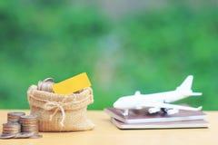 Sterta moneta pieniądze w samolocie na paszporcie z naturalnym zielonym tłem i torbie, Ratuje planować dla podróż budżeta obrazy stock