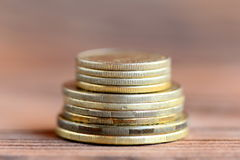 Sterta monety na drewnianym tle finanse koncepcja nieruchomości prawdziwe odbicie domu pieniądze zbliżenie Obraz Stock