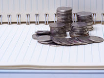 Sterta monety na książce na drewnianym biurku Pojęcie oszczędzanie Mon Fotografia Stock