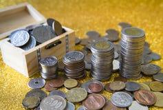 Sterta monety na złotym błyskotliwym tle Zdjęcia Stock