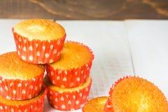 Sterta muffins w czerwieni formie Zdjęcia Royalty Free
