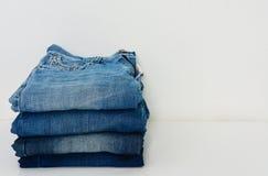 Sterta niebiescy dżinsy na białym tle fotografia royalty free
