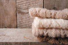 Sterta odziewa od trykotowego knitwear na drewnianym tle, kopii przestrzeń Jesień spadku zimy homely pojęcie zdjęcie stock