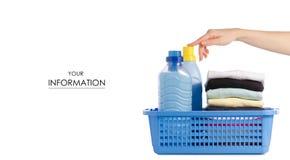 Sterta odziewa w plastikowym koszykowym ciecza proszka conditioner tkaniny softener w ręka wzorze Obrazy Stock