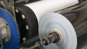Sterta papier z właśnie teraz drukowanym materiałem od nakładowego konwejeru zbiory