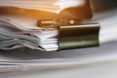 Sterta Papierowi dokumenty z klamerką, stos niedokończeni dokumenty obrazy royalty free