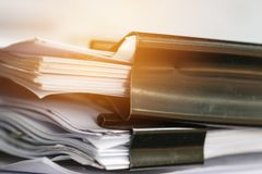 Sterta Papierowi dokumenty z klamerk?, stos niedoko?czeni dokumenty na biurowego biurka falc?wkach Biznesowi papiery dla sprawozd fotografia stock
