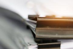 Sterta Papierowi dokumenty z klamerk?, stos niedoko?czeni dokumenty na biurowego biurka falc?wkach Biznesowi papiery dla sprawozd obraz stock