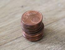 Sterta pięć euro centu monet na drewnianym tle Zdjęcia Stock
