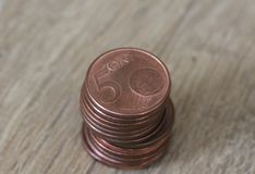 Sterta pięć euro centu monet na drewnianym tle Zdjęcie Stock