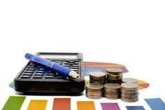 Sterta pieniądze moneta z kalkulatorem i pióro na dane sporządzamy mapę i Fotografia Stock
