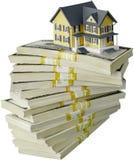 Sterta pieniądze z domem na bielu odizolowywającym fotografia royalty free