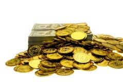 Sterta pliki 100 USA dolarów i złocistych monet banknoty obrazy royalty free